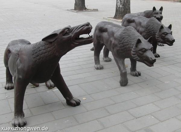 aggressive Wölfe Skulpturen