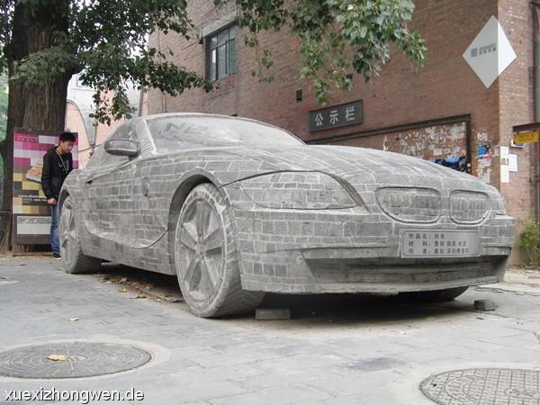 Gepanzerter BMW aus Ziegelsteinen