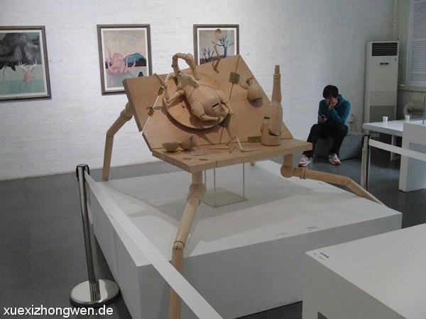 Holztisch mit beweglichen Beinen