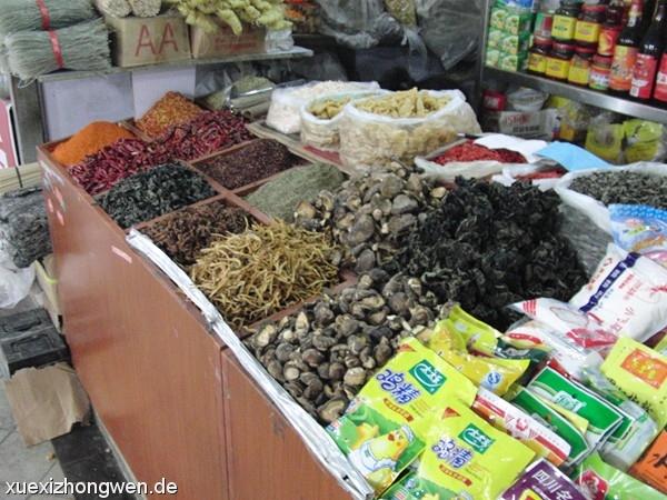 Getrocknete Pilze, Chilis und Gewürze