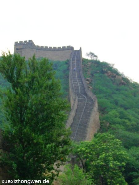 Chinesische Mauer erklimmt Berg