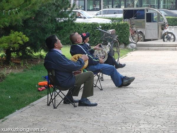 Chinesen beim entspannten Drachen steigen lassen