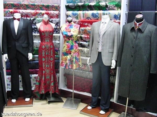 Maßgeschneiderte Anzüge und Kleider im Silk Market Peking