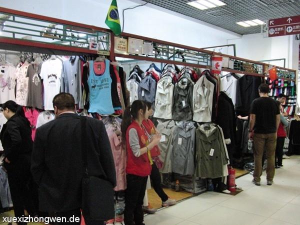Verkäuferinnen im Silk Market Beijing