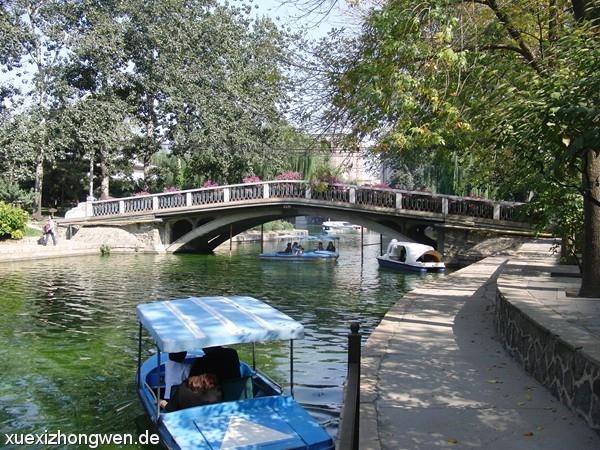 Brücke über dem Ring-See im Tuanjiehu Park