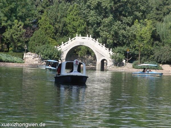 Freizeitboot vor Tuanjiehu-See Brücke
