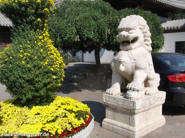 Löwe am Eingang des Tuanjiehu Parks