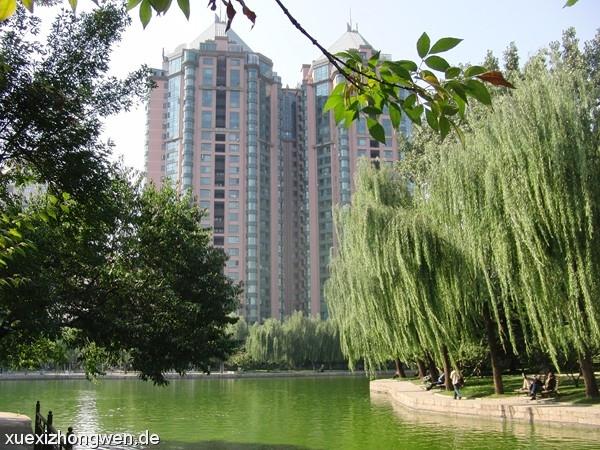 Pekinger Hochhäuser zwischen grünen Pflanzen