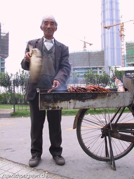 Straßenverkäufer – Fleischspieße aus Lamm, Rind und Schwein